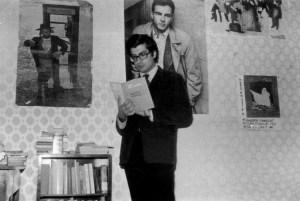 §Bellezza,_Dario_(1944-1996)_mentre_legge_--Invettive_e_licenze--_Foto_di_Massimo_Consoli